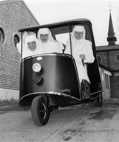 Sister Mary Augusta, Sister William Marie, Sister Mary Annice in their golf cart, June 1961 in Decatur, Illinois Old Photos, Vintage Photos, Daughters Of Charity, Bride Of Christ, Les Religions, Priest, Vintage Photography, Black And White Photography, Cool Pictures