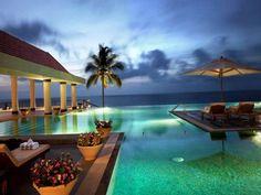 Азия, в особенности территория, прилегающая к берегам Аравийского моря богата разными курортами с немыслимыми пейзажами. И Гоа — одно из таких мест. Курорт находится на побережье Индии, в окружении прекрасной природы, благодаря чему это место завлекает так мног