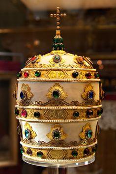Henry August – Marie-Etienne Nitot Triregno di Papa Pio VII, 1805 Velluto di seta, oro, smeraldo, paste vitree, gemme, legno, perle sintetiche Città del Vaticano, Sacrestia papale