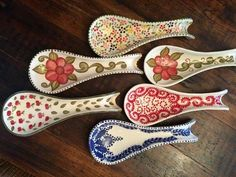 Pottery Painting, Ceramic Painting, Pinterest Pinturas, Ceramic Cafe, Pattern And Decoration, Ceramic Spoons, Sgraffito, Painted Pots, China Painting