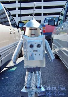 Halloween Robot Costume like the head Cardboard Rocket, Cardboard Tube Crafts, Cardboard Boxes, Homemade Halloween Costumes, Family Halloween Costumes, Halloween Ideas, Halloween Couples, Group Costumes, Halloween Stuff