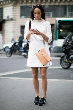Un vestido 'minimal' en color blanco con bolso melocotón. Tal vez unas sleepers hubiesen quedado mejor que unas 'runners', si lo que pretendes es ir cómoda.