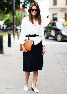 Aposte no cinto para arrematar o look de saia midi + camisa.