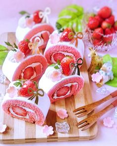 Vanilla cake with pink food coloring, vanilla creamcheese filling (maybe also as the cover), strawberries, pink flowers from store, Cute Desserts, Asian Desserts, Dessert Recipes, Pink Foods, Strawberry Desserts, Japanese Sweets, Cafe Food, Christmas Desserts, Food Art