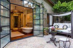 Desde el baño se puede acceder a esta zona del porche. Al fondo puede verse la cabina de ducha, comp... - Copyright © 2016 Hearst Magazines, S.L.