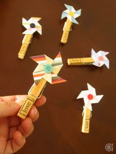 Amora's Crafts and Ideas: Fevereiro 2012 Más Craft Stick Crafts, Easy Crafts, Crafts For Kids, Arts And Crafts, Paper Crafts, Pinwheel Craft, Clothespin Art, Clothes Pegs, Bible Crafts