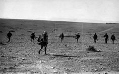 MARRUECOS GUERRA DE ÁFRICA: AVANCE HACIA DAR DRIUS. Las guerrillas avanzan bajo el fuego enemigo para ocupar la casa de Had Hamar. (Sin fecha, hacia enero de 1922) EFE/Lázaro/jt