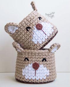 . . . #ateliersweetcraft #sweetcraft #craft #crochet #crochetdesign #fiodemalha #trapillo #tshirtyarn #crochecomfiodemalha #cesto #cestinho #cachepot #cestoorganizador #cestomultiuso #decor #homedecor #babydecor #feitoàmão #handmade #hechoamano #heartmade #feitocomamor #madewithlove