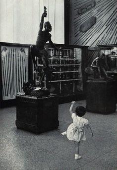 un enfant à la smithsonian Institution danse en empathie avec une statue en bronze de sorcière .. juin 1960 ...