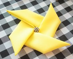 Quick and easy video tutorial on how to fold napkins into a pinwheel shape. This pinwheel napkin fold trick works with cloth napkins or paper napkins. Such a fun touch for a summer party or a carnival theme event. Diy Wedding Napkins, Wedding Napkin Folding, Paper Napkin Folding, Folding Napkins, How To Fold Napkins, Simple Napkin Folding, Christmas Tree Napkin Fold, Christmas Napkins, Cloth Napkins