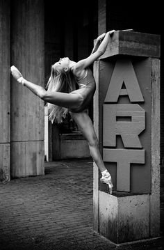 """What a wonderful """"ménage à trois"""" between dance, art and streets..."""