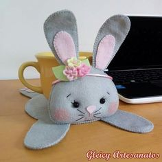 Discover recipes, home ideas, style inspiration and other ideas to try. Diy Arts And Crafts, Felt Crafts, Easter Crafts, Fabric Crafts, Felt Doll Patterns, Felt Animal Patterns, Felt Coasters, Crochet Disney, Felt Bunny