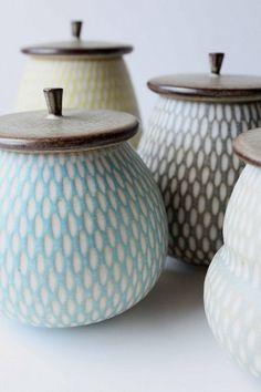 Most recent No Cost clay pottery designs Popular 101 Besten Keramik Projekte Ideen # Ceramic Jars, Ceramic Clay, Ceramic Pottery, Pottery Art, Slab Pottery, Thrown Pottery, Sgraffito, Earthenware, Stoneware
