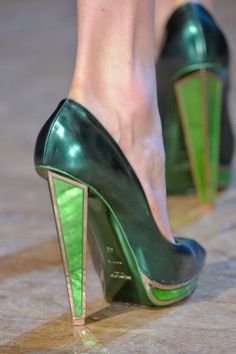 yves saint laurent green shoes with deco style heels Crazy Shoes, Me Too Shoes, Funky Shoes, Zalando Shoes, Yves Saint Laurent, Saint Yves, Shoe Boots, Shoes Heels, Ysl Heels