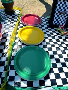Use traffic light colored plates for an easy and inexpensive car party