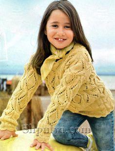 Желтый пуловер для девочки с ажурным узором из кос