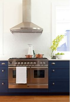 what a modern kitchen, love those cobalt blue kitchen cabinets | cococozy