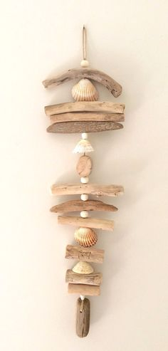Driftwood garland by the Cor .- Guirlande en bois flotté par l& de Cor… – … Driftwood garland by the Atelier de Cor … – - Driftwood Mobile, Driftwood Art, Seashell Crafts, Beach Crafts, Driftwood Projects, Diy Projects, Beach Wood, Diy Holz, Shell Art