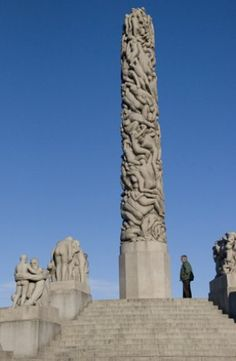 Vigeland started the work on these granite groups around the first world war and finished them in 1936. As in the Fountain, the principal theme is the cycle of life, in which Man is depicted in a variety of typical human situations and relationships.