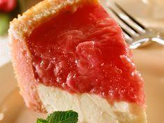 Découvrez la recette Tarte au fromage blanc et à la rhubarbe sur cuisineactuelle.fr.