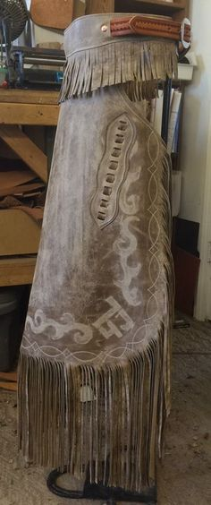 These chinks are really cure and could go with anything! Cowboy Gear, Cowboy And Cowgirl, Cowgirl Style, Cowboy Hats, Leather Art, Custom Leather, Leather Tooling, Distressed Leather, Horse Gear