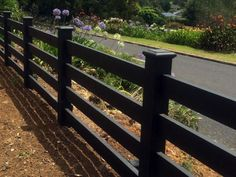 Wooden Fence Idea for Backyard Decoration - Korhek Farm Fence, Backyard Fences, Garden Fencing, Fenced In Yard, Diy Fence, Fenced In Backyard Ideas, Modern Front Yard, Modern Fence, Post And Rail Fence