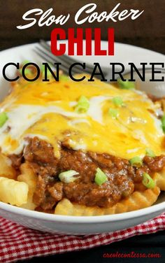 Who doesn't love to indulge every now and again? Treat yourself with the ultimate chili cheese fries recipe. Easy chili cheese fries are yours in just a few simple steps with this Slow Cooker Chili Con Carne Cheese Fries recipe. Slow Cooker Chili, Crock Pot Slow Cooker, Crock Pot Cooking, Slow Cooker Recipes, Crockpot Recipes, Cooking Recipes, Cheese Recipes, Delicious Recipes, Pozole
