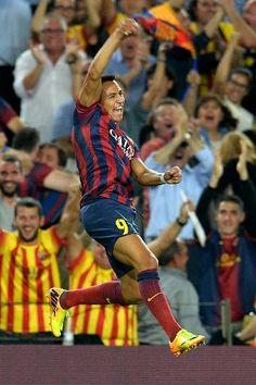El chileno Alexis Sánchez celebra un gol del FC Barcelona sobre el Real Madrid en el clásico de la liga española, el 26 de octubre en el Cam...
