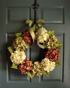 idée de déco en automne: couronne de porte en hortensias