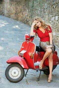 Vespa Lusso in rot. Scooters Vespa, Vespa Bike, Piaggio Vespa, Lambretta Scooter, Scooter Motorcycle, Motor Scooters, Vintage Vespa, Pin Up, Moda Rock
