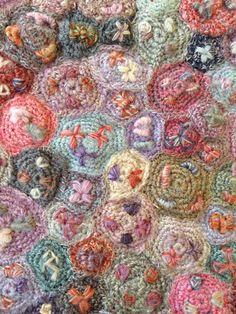 Fuxico em Circulo Crochê Pom Pom Floral. / Gossip in Circle Crochet Pom Pom Floral.