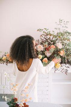 Minimal Floral Design with a Striking Tablescape #minimalistweddingdesign #editorialphotographystyle #floraldesigninspiration