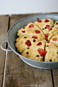 Kokosscones mit Erdbeeren und Schokostücken