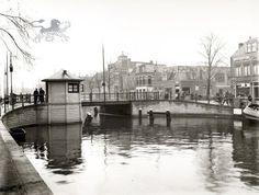 De Oosterbrug gezien vanuit het zuidwesten, met daarachter de Oostergrachtswal. Na de verbetering in 1924. Dutch, Entertainment, Black And White, History, Architecture, Pictures, Kunst, Arquitetura, Historia