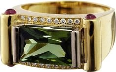Turmalin-Ring Gelbgold 750. Mit einem grünen Turmalin von ca. 3.57 ct im Scherenschliff. Flankiert — Schmuck