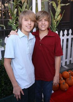 Cole Sprouse Cole and Dylan Sprouse . starred on The Suite Life of Zack and Cody Cole Sprouse Cole and Dylan Sprouse . starred on The Suite Life of Zack and Cody Dylan Sprouse, Sprouse Bros, Zack E Cold, Dylan Y Cole, Suit Life On Deck, Karan Brar, Riverdale Cole Sprouse, Young Cute Boys, Cute Twins