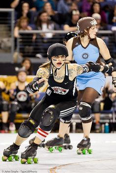 I would love to be a roller derby girl! Roller Derby Girls, Roller Derby Clothes, Derby Names, Skates, Poses, Roller Skating, Athletic Women, Pose Reference, Sports Women