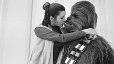 Princess Leia (Carrie Fisher) and Chewbacca (Peter Mayhew) about to kiss :: Star Wars Empire Strikes Back Behind the Scenes Peter Mayhew, Carrie Fisher, Frances Fisher, Chewbacca, Images Star Wars, Star Wars Pictures, Por Tras Das Cameras, Photos Rares, Alec Guinness