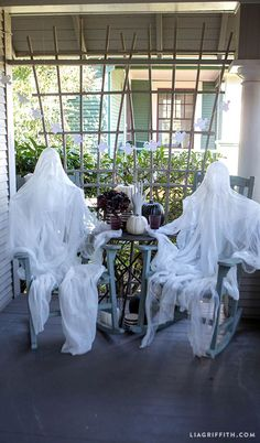 Dark Halloween DIY Foam Head Muslin Ghosts how to from MichaelsMakers Lia Griffith Make your own spooky Halloween ghosts using a foam head and a length of cheesecloth. The oerfect Halloween DIY from Lia Griffith and her team. Outdoor Halloween Parties, Halloween Porch Decorations, Theme Halloween, Spooky Halloween, Holidays Halloween, Halloween 2018, Outdoor Decorations, Halloween Garden Ideas, Diy Ghost Decoration