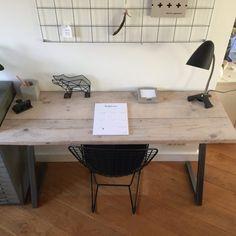 Handgemaakt bureau van gebruikt steigerhout met een onderstel van onbehandeld staal. Het onderstel is gemaakt van stalen kokerprofielen van 4 x 4 cm.