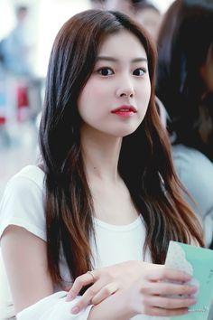 She so beautiful 😍 Kpop Girl Groups, Kpop Girls, Sakura Miyawaki, Yu Jin, Japanese Girl Group, Kim Min, The Wiz, Beautiful Asian Girls, Entertainment