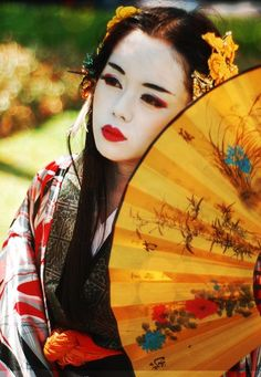 ive always thought geisha were so cool. and then i read memoirs of a geisha, researched mineko iwasakis life, and pretty much became obsessed with them. id give anything to be made and dressed up like one We Are The World, People Around The World, Japanese Culture, Japanese Art, Traditional Japanese, Japanese Kimono, Japanese Dresses, Japanese Beauty, Asian Beauty