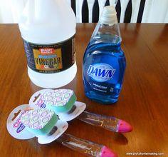 LIMPIE BAÑO DUCHA O BAÑERA.Con.Vinagre, lavaplatos.Mezcle en spary. difumine sobre paredes. Espere friegue esponja, enjuague. http://diyhshp.blogspot.com/search/label/orgclean