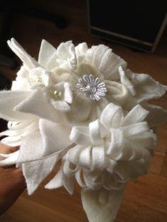 Ook mooi! Een vilten bruidsboeket in het wit.