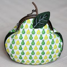 Mod-O-Pear ball clasp coin purse. Gives instructions and also link to another tut on how to fit the metal clasp