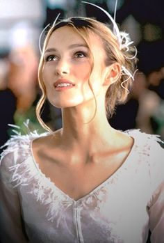 Keira Knightley in wedding dress from 2003 film 'Love Actually'. Movie Wedding Dresses, Wedding Movies, Wedding Dress Pictures, Hair Pictures, Keira Knightley Wedding, Keira Christina Knightley, Keira Knightley Body, Keira Knightley Movies, Beau Film