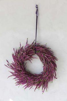 Vi gir deg tips til hvordan du kan bruke lyngplantene dine. Hva med å lage en vakker krans eller et hjerte av lyng. Lykke til. Christmas Love, Christmas Wreaths, Flower Decorations, Planting Flowers, Flower Arrangements, Diy And Crafts, Diy Projects, Purple, Holiday Decor