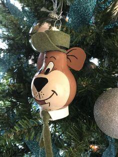 Christmas Crafts To Sell Bazaars, Christmas Bazaar Crafts, Christmas Craft Projects, Christmas Ornament Crafts, Handmade Christmas, Holiday Crafts, Christmas Diy, Outdoor Christmas Tree Decorations, Christmas Tree Light Bulbs