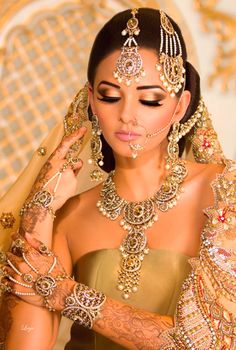 Golden eyeshadow works best for any Bridal dress wear Indian Bridal Makeup, Asian Bridal, Indian Wedding Jewelry, Indian Jewelry, Moda Indiana, Desi Bride, Beauty And Fashion, Exotic Beauties, Indian Couture