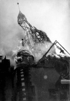 La noche de los cristales rotos.. Siegen, Germany, 10/11/1938, A synagogue on fire on Kristallnacht